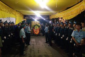 Đồng đội, người thân đội mưa viếng đại tá phi công Phạm Giang Nam