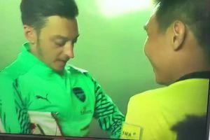 Trọng tài người Singapore xin chữ ký Oezil lên thẻ vàng