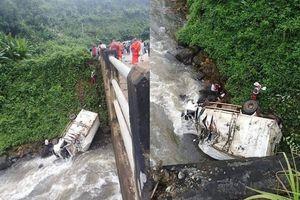 Xe cứu trợ vỡ đập Lào lao xuống sông, 1 người thiệt mạng