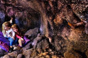 Không gian kỳ ảo bên trong hang thạch anh tím lớn nhất thế giới