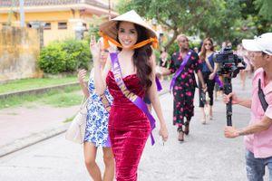 Phan Thị Mơ diện đầm gợi cảm, đội nón lá tập catwalk