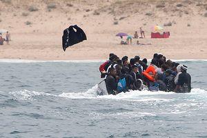 Người nhập cư bất hợp pháp chạy trốn biên phòng Tây Ban Nha trên bờ biển