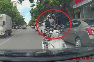 Clip: Nữ 'ninja' dừng xe ở làn ngược chiều, nghênh ngang đối đầu ô tô