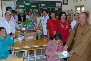 Chùa Huyền Trang khám bệnh và tặng 500 phần quà nhân ngày 27-7