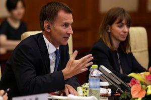 Ngoại trưởng Anh lỡ miệng khi tới Trung Quốc, gây chỉ trích