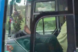 Sa thải tài xế lái xe bằng chân, lời cảnh tỉnh cho những tài xế khác