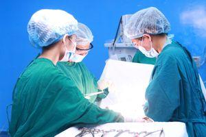 Mang khối u nang buồng trứng gần 30 năm vì sợ dao kéo