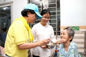 Tổng lãnh sự quán và các doanh nghiệp Thái Lan thăm, tặng quà người già neo đơn