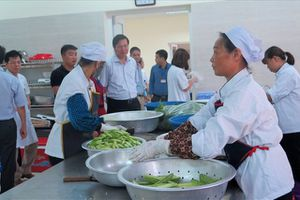 Bếp ăn tập thể bệnh viện Đa khoa Đông Anh, Hà Nội vi phạm an toàn thực phẩm