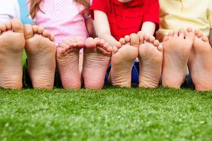 Đây là lý do tại sao bạn nên để con bạn đi chân trần thường xuyên hơn