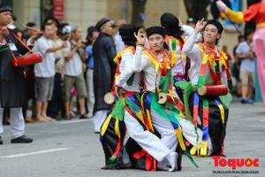 Trai làng Triều Khúc với tiết mục múa 'Con đĩ đánh bồng' gây sốt phố đi bộ Hồ Gươm