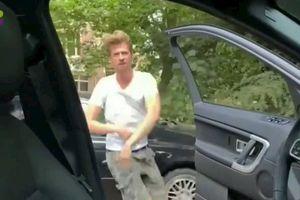 Nhảy múa quanh chiếc xe đang chạy - trò nghịch dại đang lan truyền chóng mặt trên Internet