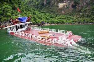 Tàu du lịch bất ngờ chìm tại cảng tàu quốc tế Tuần Châu (Quảng Ninh)