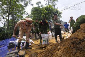 Hàng trăm chiến sĩ cùng người dân đắp đê ở Hòa Bình