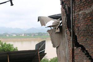 Người dân bàng hoàng kể phút tận mắt thấy nhà sụt xuống sông Đà