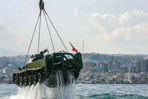 Hé lộ lý do Lebanon thả 10 xe tăng xuống đáy biển