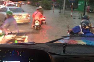 Mưa lớn ở Hà Nội đúng giờ tan tầm, nhiều tuyến đường ùn tắc, ngập nước