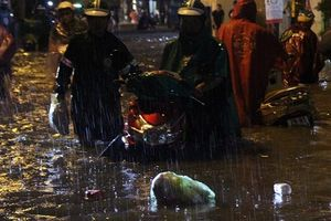 Người Hà Nội đội mưa, rùng mình lội nước ngập rác về nhà