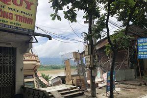 Chùm ảnh: Tan hoang sau vụ sụt lún dãy nhà cạnh sông Đà