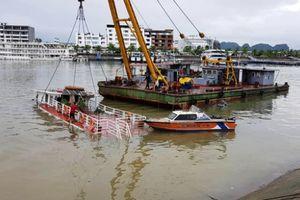 Tàu du lịch trên Vịnh Hạ Long bị chìm do mưa lớn