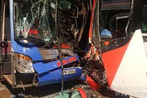 Hai xe khách đối đầu trên đèo Lò Xo, tài xế bị thương nặng