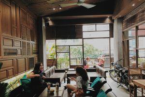 Giới trẻ hào hứng với không gian Sài Gòn xưa và nay tại quận 1