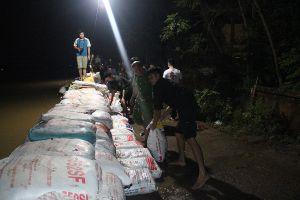 Hàng trăm bộ đội và người dân trắng đêm hộ đê Bùi ở Chương Mỹ, Hà Nội