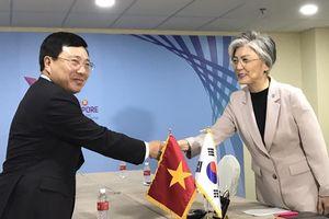 Phó Thủ tướng, Bộ trưởng Ngoại giao Phạm Bình Minh gặp Bộ trưởng Ngoại giao Hàn Quốc bên lề AMM-51