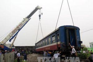 Xe 4 chỗ bay xa chục mét khi va chạm tàu hỏa, 4 người thương vong
