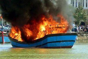 Chập điện, tàu cá bốc cháy trên biển, 11 ngư dân thoát chết