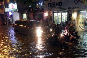 Mưa lớn giờ tan tầm, nhiều tuyến phố Hà Nội chìm trong biển nước