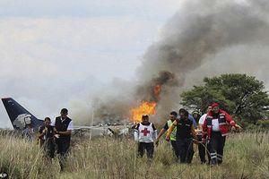 CLIP: Máy bay Mexico chở 101 nguời vỡ vụn, bốc cháy nghi ngút sau khi lao xuống đất