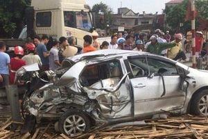 Ô tô bị tàu hỏa tông nát bươm ở Nam Định, 4 người thương vong