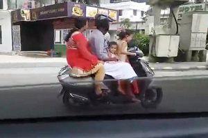 Bé gái 5 tuổi chạy xe máy chở cả gia đình phóng như bay ở Ấn Độ
