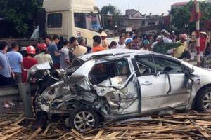 Phá cửa cứu người trong ô tô bẹp dúm sau tai nạn đường sắt