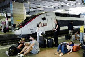 Hàng trăm du khách mắc kẹt vì ga tàu điện ngầm Paris mất điện