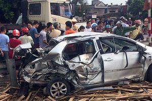 Tàu húc nát ô tô, 1 người chết 3 người trọng thương