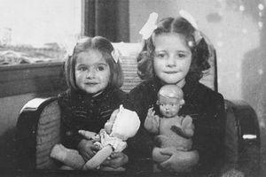 Ám ảnh gương mặt những bé gái ôm búp bê trong Thế chiến thứ 2