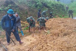 Đồn Biên phòng Tùng Vài giúp dân thông đường sau mưa lũ