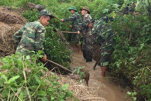 Đồn Biên phòng Mường Lạn ra quân giúp dân nạo vét kênh mương sau mưa lũ
