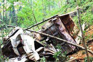 Xe ben lao xuống vực sâu 6m, tài xế tử vong ngay trong cabin
