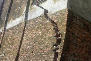Thêm vụ sạt lở đất ở Hòa Bình, nhiều nhà có nguy cơ trôi xuống sông Đà