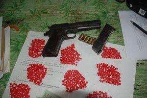 Bắt 2 đối tượng, thu giữ 1.700 viên ma túy và súng đạn