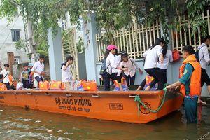 Học sinh Hà Nội ngồi ca nô, trèo nóc nhà đi học