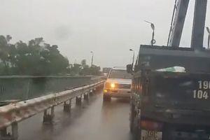 Lao ngược chiều trên cầu Việt Trì, ô tô con bị xe tải ép lùi