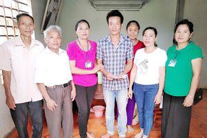 Trao tiền hỗ trợ cho bệnh nhân mắc bệnh nhiễm trùng máu ở Nghĩa Đàn