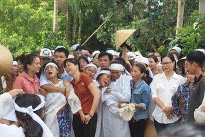 Tai nạn thảm khốc Quảng Nam: Nhói lòng con trẻ ngất lịm tiễn cha