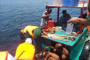 Đưa 2 ngư dân Quảng Ngãi bị nạn trên biển vào bờ bằng đường hàng không