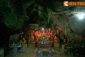 Thăm ngôi chùa 'rồng thiêng phát sáng' trong hang động Ninh Bình