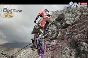 Thót tim cảnh đạp xe trên dây ở độ cao 112 mét
